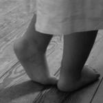 Babylangues garde d'enfants en anglais photo pieds