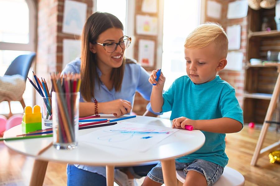 École maternelle bilingue ou nounou anglaise : comment choisir ?